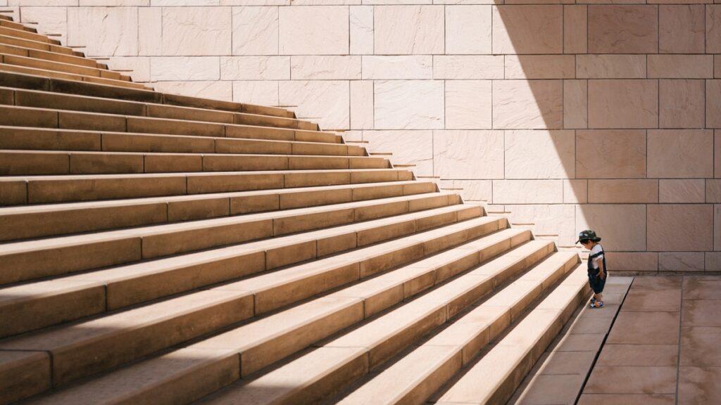 Dziecko stojÄ…ce przed schodami